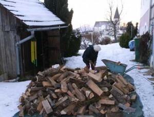 Hannechristel-hilft-Holz-einraeumen2